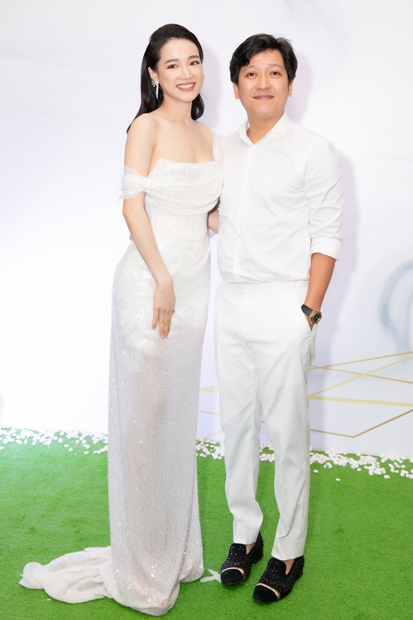 Chồng hôn mừng sinh nhật tuổi 29 của Nhã Phương