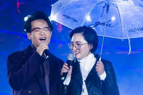 Nguyên Hà hát bên Hà Anh Tuấn trong liveshow ở Đà Lạt cuối năm 2018.