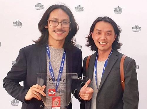 Đạo diễn Thiên Ân (trái) và một thành viên ê-kíp nhận giải.