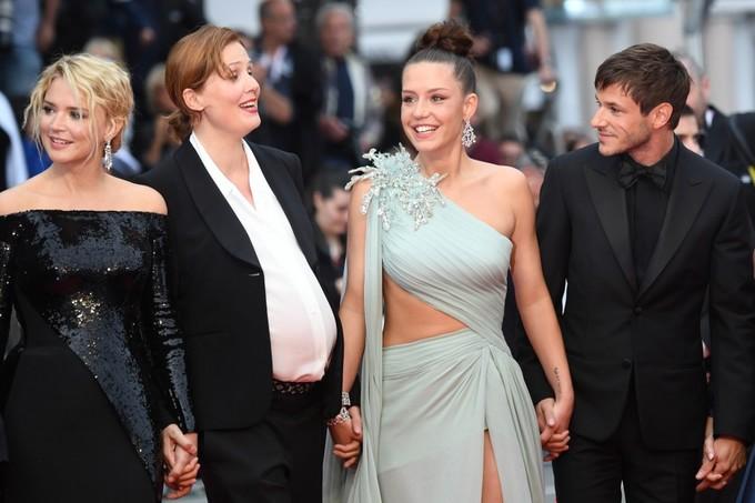 Mỹ nhân phim 18+ diện váy khoét eo trên thảm đỏ Cannes