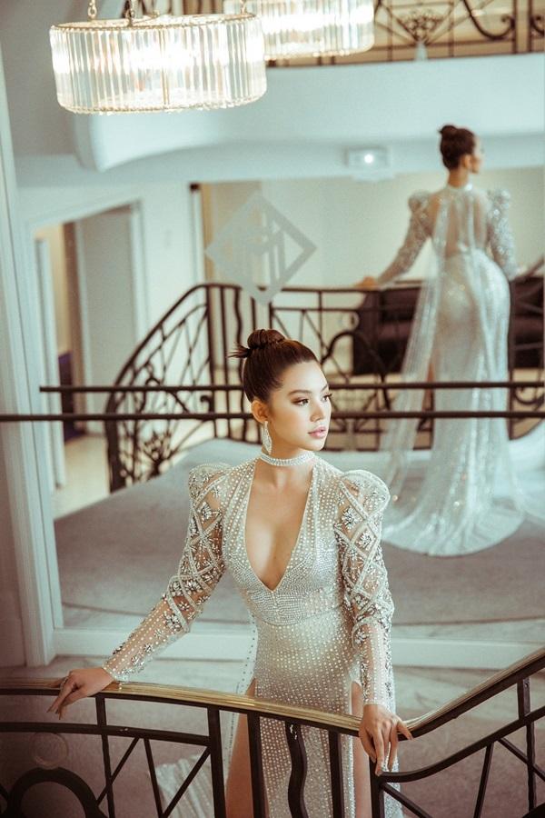 Jolie Nguyễn diện đầm khoét ngực, xuyên thấu ở Cannes