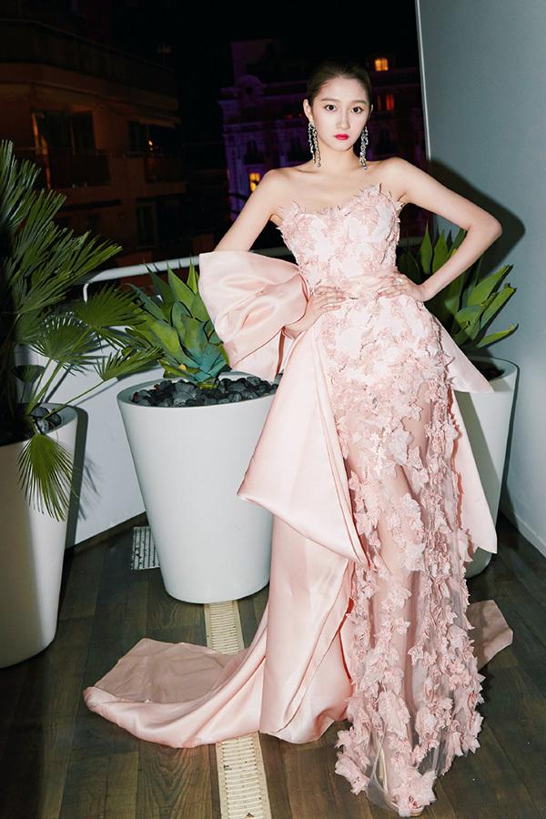 Váy áo ở Cannes của tiểu hoa đán nổi bật nhất Trung Quốc