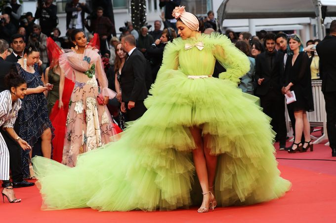 Váy quá khổ được ưa chuộng ở Cannes 2019 - ảnh 4