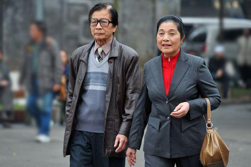 Nghệ sĩ Phát Triệu (trái) vào vai bố của bác sĩ Khánh. Ông là một người cha có vẻ ngoài khắc khổ nhưng rất hiền lành và sống hết mình vì con cái.