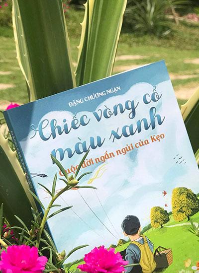 Bìa sách Chiếc vòng cổ màu xanh.