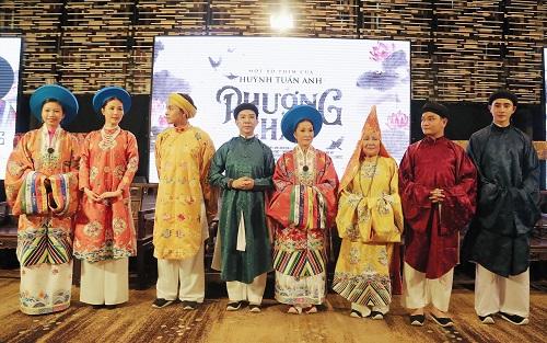 Từ trái sang: diễn viênLan Vy, Diễm My 9x, Jun Phạm, Long Nhật, Hồng Đào, Lê Thiện, Trịnh Tú Trung và Phương Nam.
