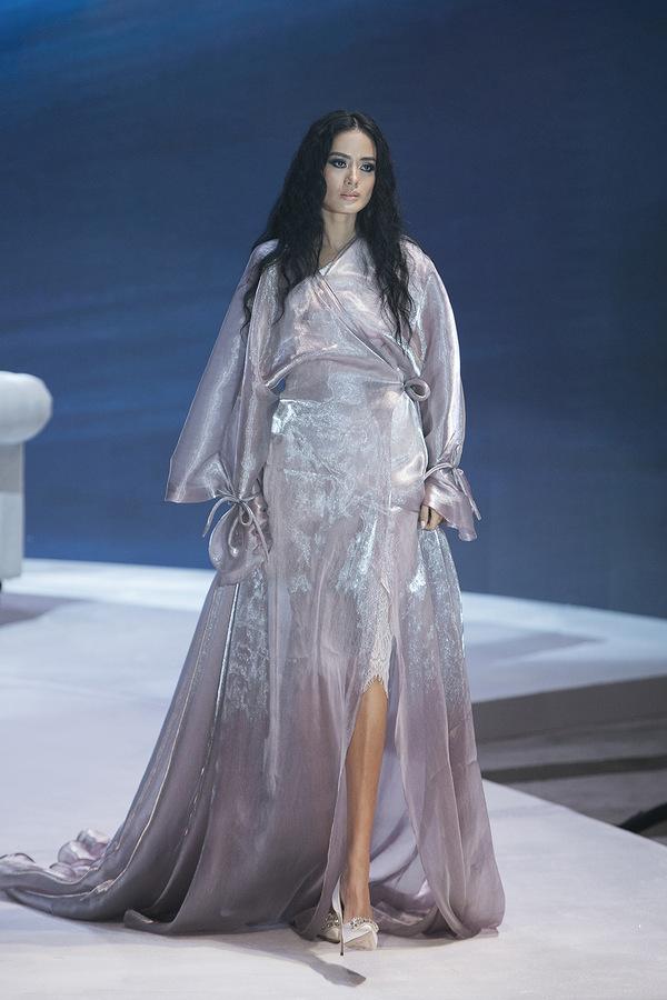 Minh Tú mặc váy cưới làm vedette