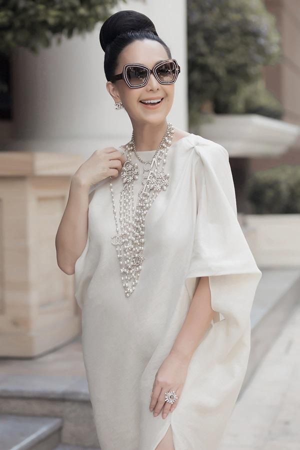Các người đẹp trung niên gợi ý trang phục cho tiệc trà chiều