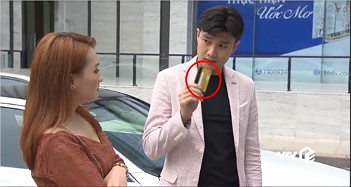 Trong tập 35, Vũ đưa Thư chiếc thẻ BIDV để đi mua sắm.