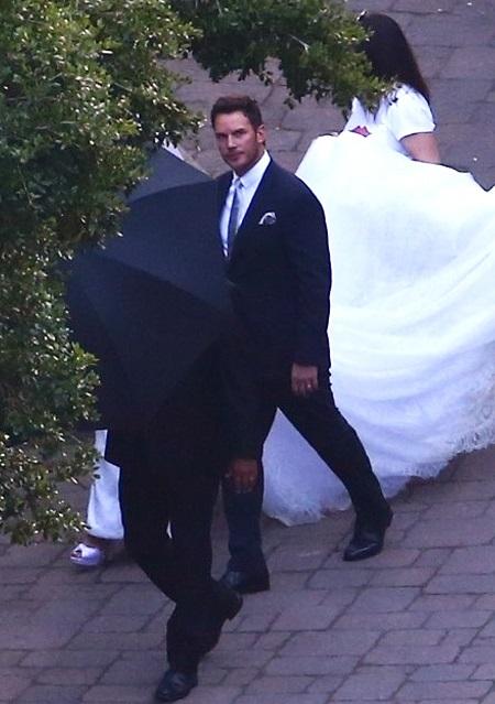 Chris đeo nhẫn, còn Katherine diện váy cô dâu trắng. Trước hôn lễ, bộ đôi không công bố thông tin với truyền thông. Trên trang cá nhân, họ cũng không chia sẻ về đám cưới. Bài đăng công khai gần nhất của Chris trên Instagram là từ ngày 30/5, để giới thiệu hoạt hình Onward mà anh lồng tiếng. Ảnh: Backgrid.