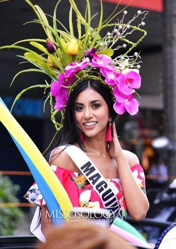 Các thí sinh hoa hậu diễu hành trên phố trong lễ Santacruzan hồi tháng năm. Ảnh: Drew Francisco.