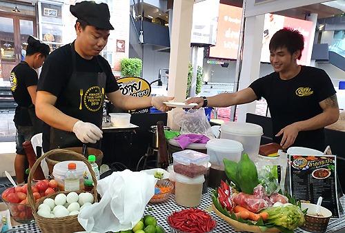 Một gian hàng bán món Son Tam (gỏi đu đủ) tại sự kiện Amazing Thai Taste Festival 2019 diễn ra từ ngày 7 đến 9/6 ở Bangkok. Lần thứ ba tổ chức, sự kiện ẩm thực giới thiệu khoảng 120 món ăn đặc trưng địa phương của Thái. Ảnh: Thoại Hà.