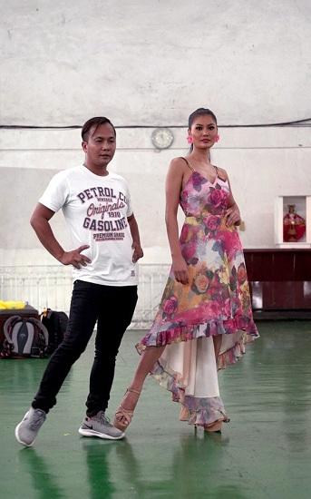 Một buổi đào tạo hoa hậu của Rodgil Flores (trái). Ảnh: SCMP.