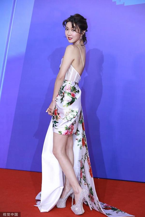 'Bom sex' Liễu Nham ngã trên thảm đỏ Liên hoan phim Thượng Hải