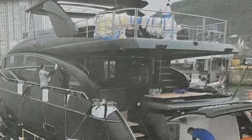 Cổ Thiên Lạc mua du thuyền cho mẹ xem pháo hoa - ảnh 1