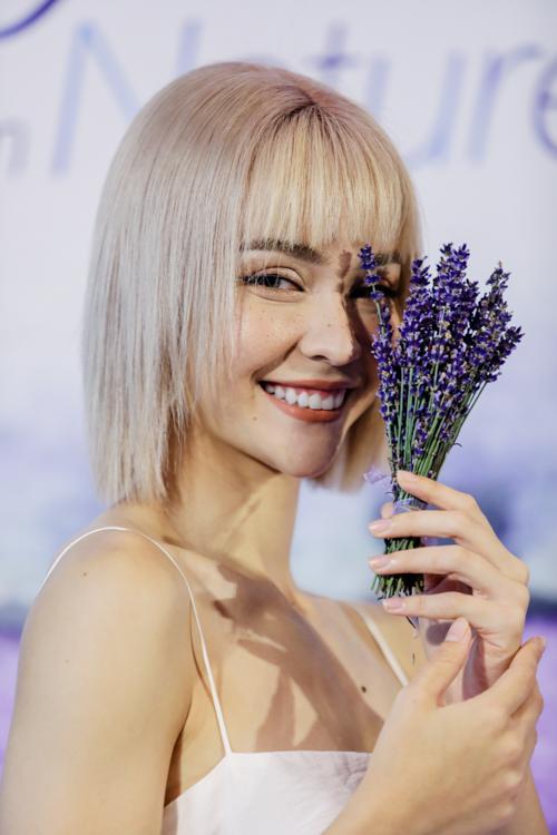 Chia sẻ tại sự kiện, MLee cho biết, cô tiếp xúc với nền văn hoá Pháp từ nhỏ nên phong cách của người dân xứ sở này đã trở thành một phần trong cuộc sống của cô. Nữ ca sĩ 9x đặc biệt yêu thích mùi của loài hoa lavender nổi tiếng nhất xứ Pháp và một loại thảo mộc rosemary. Hai loại nguyên liệu này đã giúp MLee chăm sóc một làn da mềm mịn, mượt mà một cách nhẹ nhàng và thư thái.