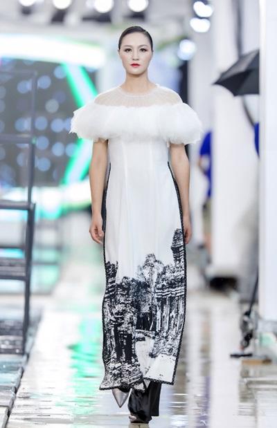 Hồng Quế catwalk bên dàn chân dài Trung Quốc - ảnh 5