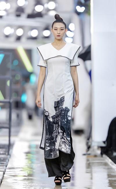 Hồng Quế catwalk bên dàn chân dài Trung Quốc - ảnh 4