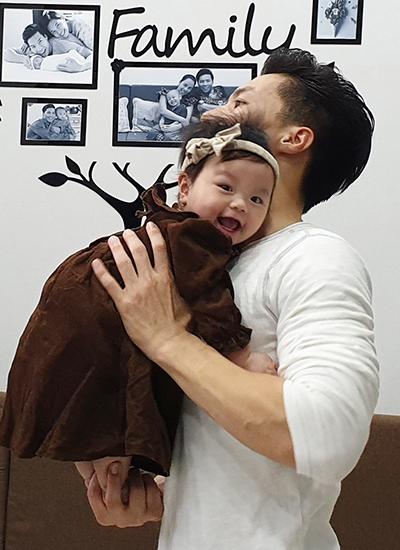 Quốc Nghiệp diễn xiếc cùng con gái 6 tháng tuổi - ảnh 1