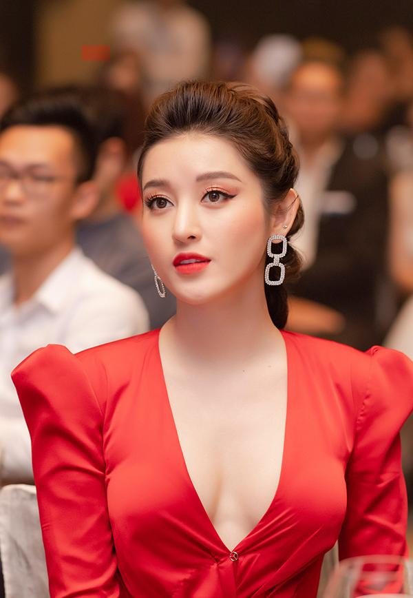 Huyền My, Tú Anh diện đầm tôn vòng một đi sự kiện