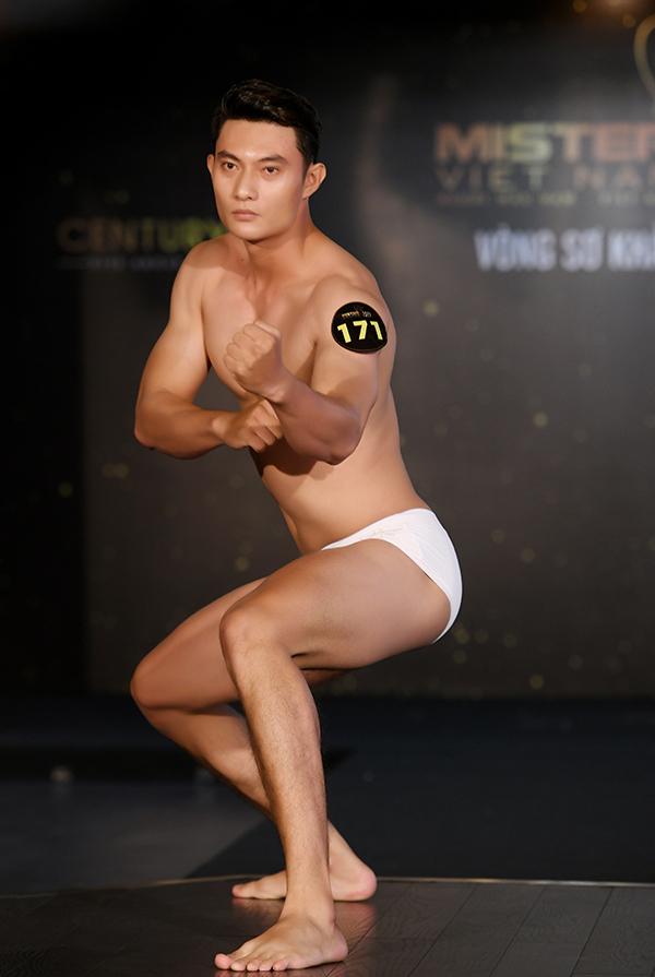Dàn thí sinh hình thể sáu múi ở sơ khảo Mister Vietnam
