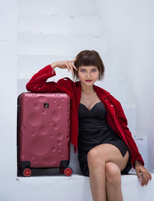 Những chiếc vali của hãng còn được đánh giá cao bởi độ bền, đẹp theo thời gian. Nautica có thiết kế hình chữ nhật, tạo nên sự chắc chắn, khỏe khoắn, bốn góc bo tròn giúp sản phẩm trông vừa mềm mại vừa cân bằng. Mẫu sản phẩm chỉ ứng dụng màu đơn sắc giản và kết hợp với các họa tiết sọc dàibong bóng mang phong cách thể thao cổ điển, thanh lịch.