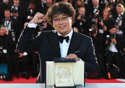 Bong Joon-ho ăn mừng chiến thắng ở Cannes. Ảnh: AFP.