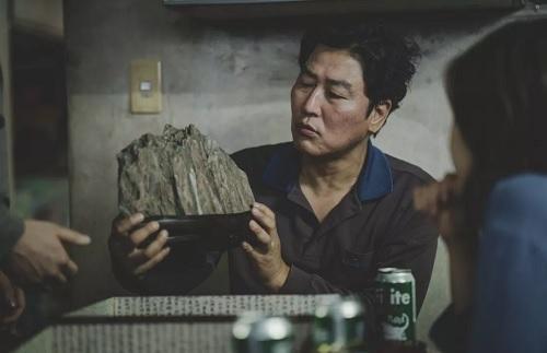 Hòn đá là biểu tượng có tính ẩn dụ trong phim, vừa đại diện cho khát vọng đổi đời, vừa là gánh nặng của gia đình Ki-taek. Ảnh: CJ.