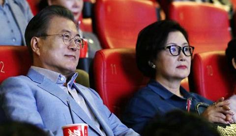 Tổng thống Hàn QuốcMoon Jae-in (trái) và vợ - Kim Jung-sook - xem Parasite cuối tuần qua ở Seoul.Ảnh: Chosun.