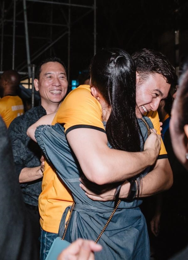 Đặng Văn Lâm ôm chầm chị họ Linh Nga khi hội ngộ