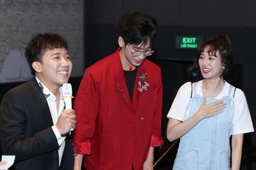 Hari Won bày tỏ sự yêu mến dành cho Tuấn Trần (giữa) khiến Trấn Thành ghen tỵ.