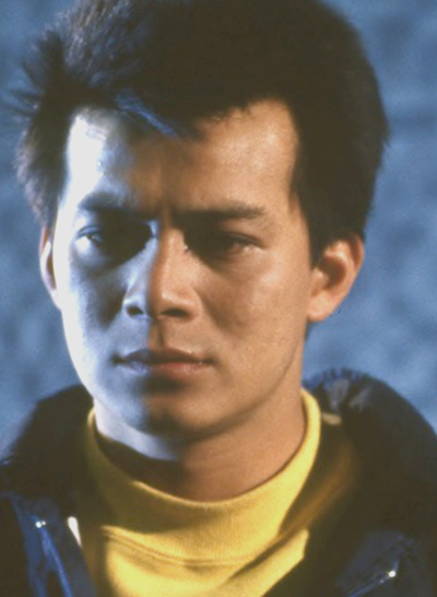 Huỳnh Nhật Hoa vào vai Đinh Hữu Kiện - chàng trai chính trực, hiếu thuận, hết lòng vì gia đình. Tuy nhiên vì quá lương thiện, Hữu Kiện thường bị lợi dụng, số phận bi đát. Tác phẩm khẳng định vị trí Hổ tướng của Huỳnh Nhật Hoa ở đài TVB.