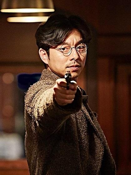 The Age of Shadows (Thời kỳ đen tối) kể về Nghĩa Liệt Đoàn - tổ chức yêu nước chống Nhật đảm nhận nhiệm vụ sinh tử: vận chuyển thuốc nổ từ Thượng Hải (Trung Quốc) về Seoul (Hàn quốc). Gong Yoo vào vai Kim Woo Jin - một chiến sĩ độc lập bí ẩn, liều lĩnh nhưng luôn tỉnh táo trong mọi hoàn cảnh. Trong hình tượng lịch lãm, anh luôn tỏ ra bất cần bằng nụ cười nhếch mép. Đạo diễn khen Gong Yoo tỏa sáng trong những cảnh hành động, ổn định và chắc chắn  trong những trường đoạn tâm lý. Dự án còn có sự góp mặt của Quái vật điện ảnhSong Kang Ho, Han Ji Min vàLee Byung Hun, bán được gần7,5 triệu vé - ăn khách thứ ba Hàn Quốc năm 2016.