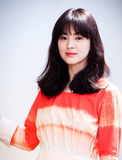 Hye Kyo hiếm khi nhuộm tóc sáng màu, thường để tóc đen và nâu.