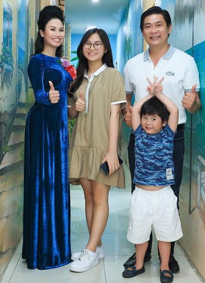 Ca sĩ Thùy Trang bên chồng và hai con.