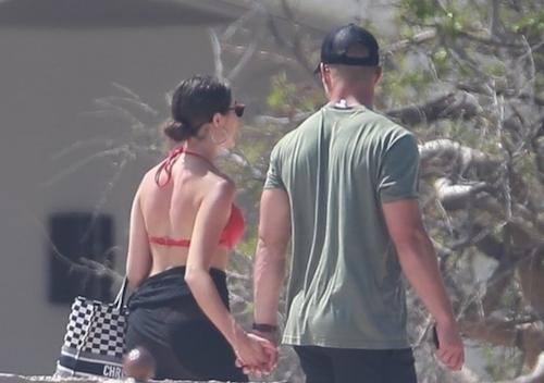 Thợ săn ảnh chụp khoảnh khắc cặp sao năm tay nhau đi dạo trong khu resort. Ảnh:TMZ.
