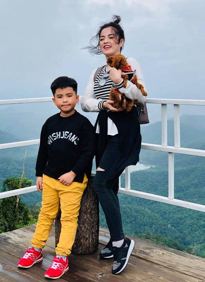 Anh kết hônhồi năm 2010. Vợ anh - tên Cẩm Giang - kém anh 23 tuổi.