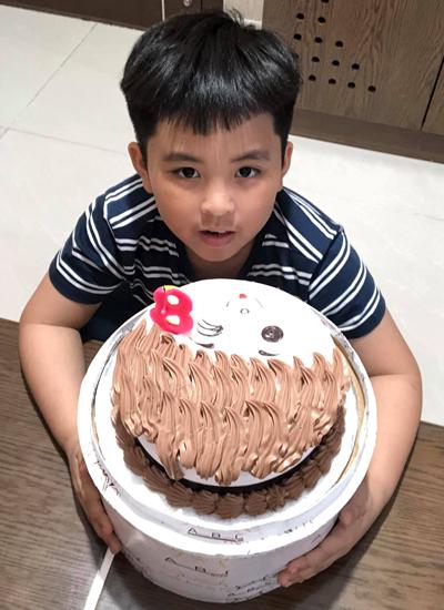Con trai lớn của anh - Viết Đan - năm nay tám tuổi. Con gái - Nhã Phương - bảytuổi.
