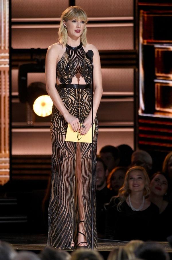 Trang phục hở cơ thể của Taylor Swift