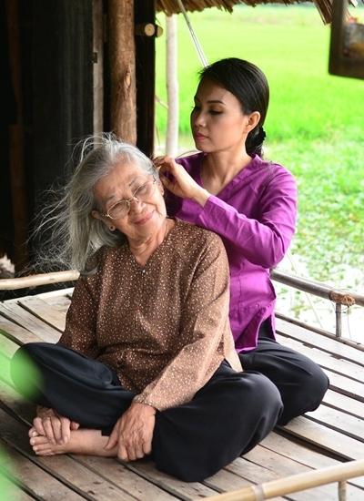 Cẩm Ly bên nghệ sĩ Huỳnh Điểu.