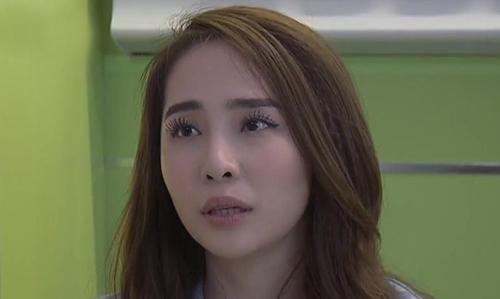 Nhân vật Nhã còn bị khán giả chê tạo hình không phù hợp vì kẻ mắt dày, chuốt mascara cong vút khi vào viện cấp cứu.