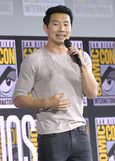 Hôm 20/7, Marvel công bố Lưu Tư Mộ (Simu Liu) đóng Shang-Chi - cao thủ võ thuật trong phim Shang-Chi and the Legend of the Ten Rings. Theo Mtime, tại buổi công bố dự án, Lưu Tư Mộ giới thiệu bản thân bằng cả tiếng Anh và tiếng Trung.
