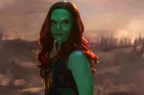 Lúc này, Gamora chưa biết rõ Iron Man nên cũng không quỳ trước anh trong trích đoạn.