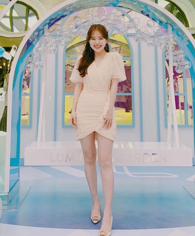 Người đẹp hiếm khi mặc màu tối, thường chọn váy áo màu pastel hoặc các màu sáng như vàng, hồng...