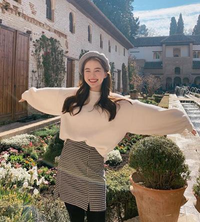 Lee Ha Neul vẫn là người mẫu nội y có tiếng của Hàn Quốc, thường được khán giả gọi là thiên thần nội y hay nữ hoàng đồ lót nhờ vóc dáng cân đối, vẻ ngọt ngào. Cô còn là gương mặt đại diện của một số thương hiệu mỹ phẩm.