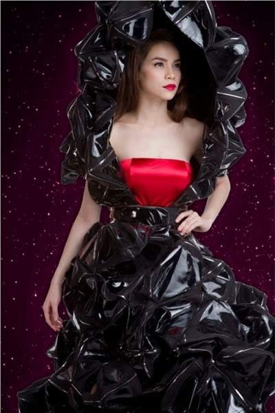 Nữ ca sĩ còn mặc váy chất liệu này khi chụp hình thời trang.
