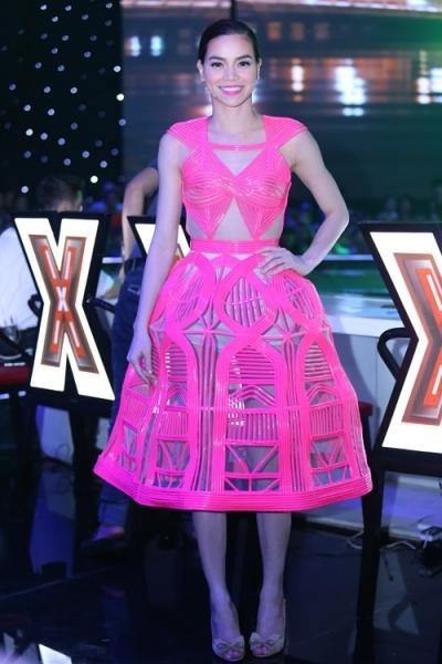 Hồ Ngọc Hà diện váy cao su với kiểu cắt laser.