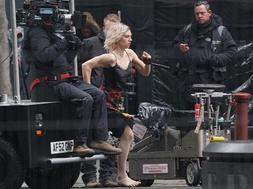 Vanessa Kirby chạy trên phim trường Hobbs & Shaw. Ảnh: Universal.