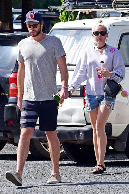 Tin đồn Miley Cyrus và Liam Hemsworth tái hợp rộ lên từ cuối năm 2015. Tháng 4/2016, họ công khai đi chơi cùng nhau.