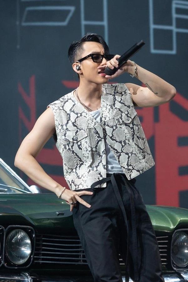 Trang phục đắt tiền của Sơn Tùng M-TP trong tour xuyên Việt